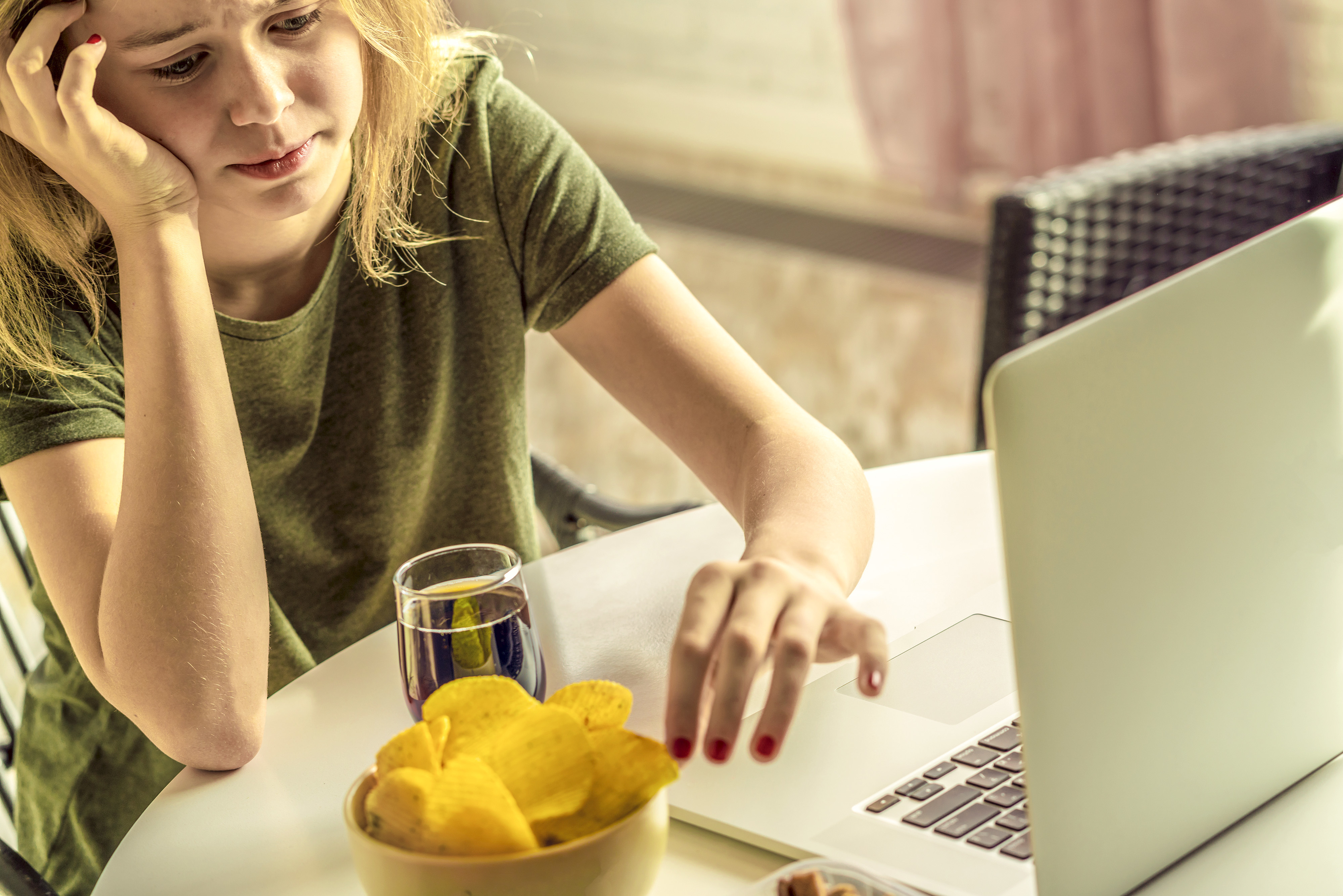10 Things to Do Instead of Snacking at Your Desk